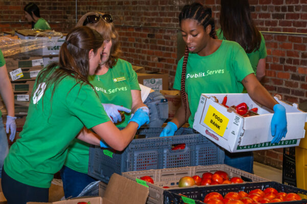 Publix associates volunteering at Feed More